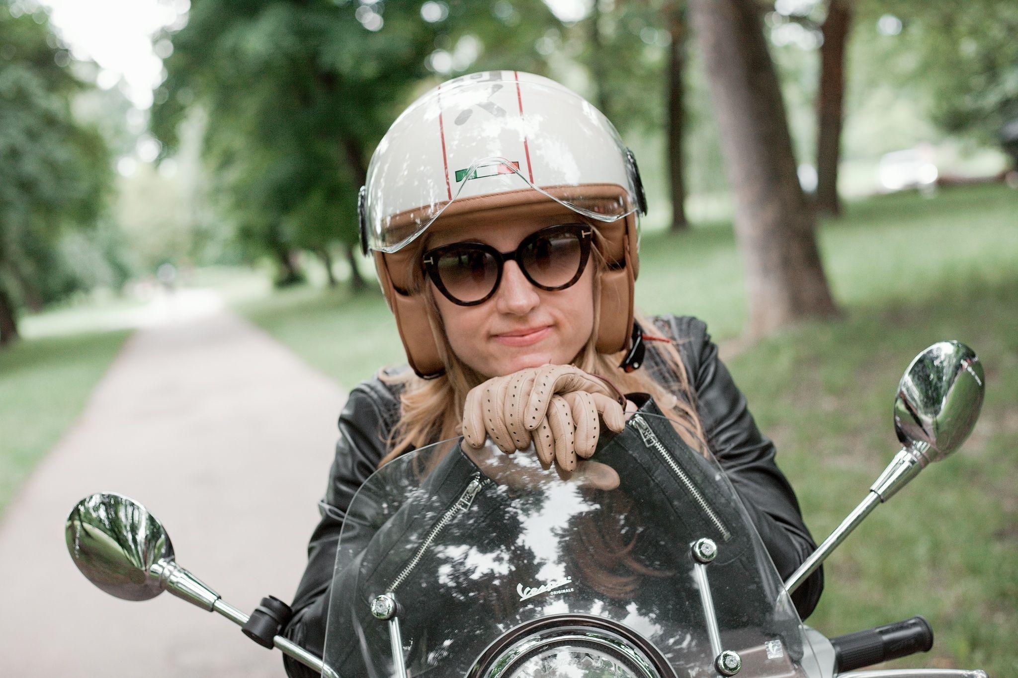 Diana Laurichová v helmě na Vespě